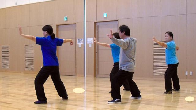 筑紫野市の太極拳クラスの会員達による陳式太極拳の練習写真