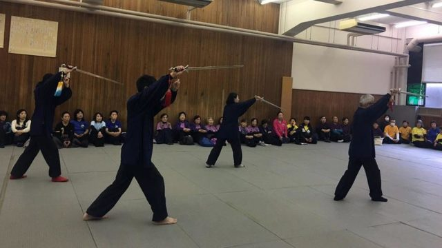 伝統武術表演会での太極剣を演ずる会員達の写真