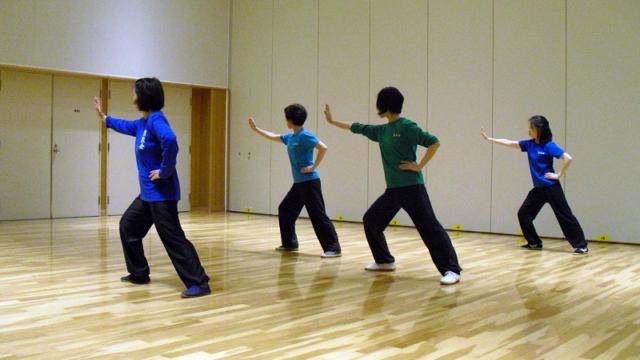 女性会員による陳式太極拳の演武写真