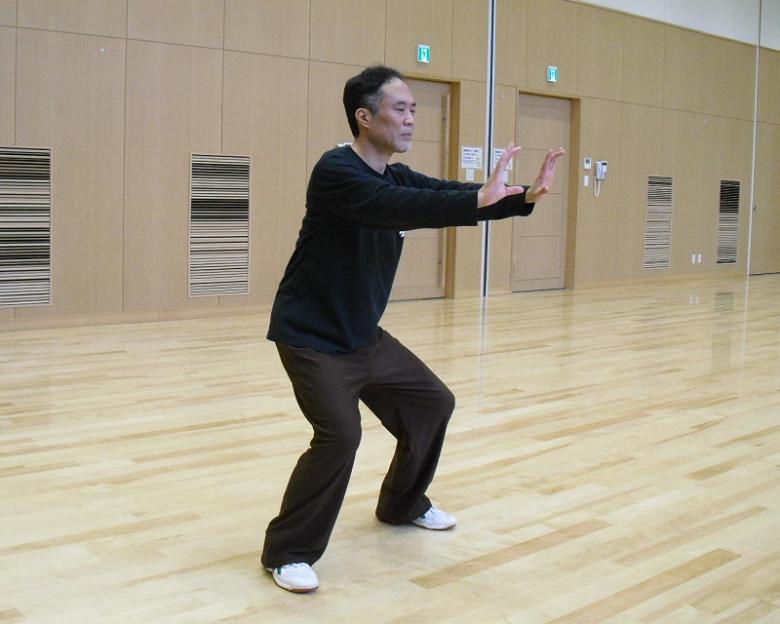 太極拳の基本功である青龍探爪の写真