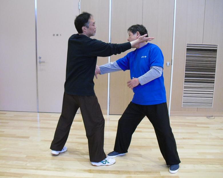 指導員による太極拳の用法例の写真