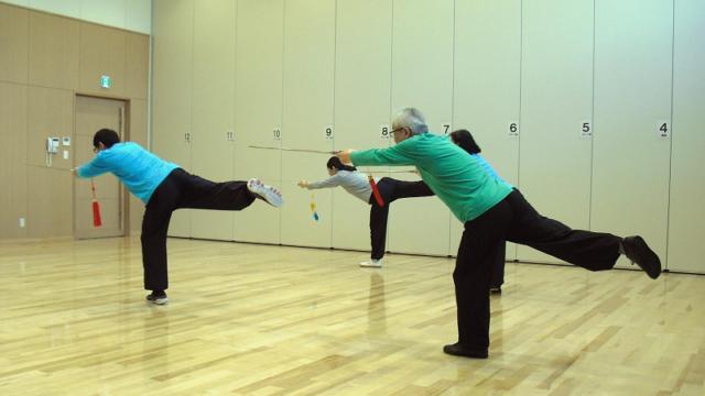 古伝太極剣を練習する会員達の写真
