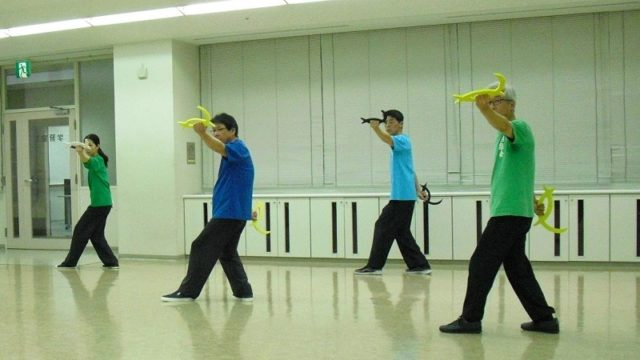 八卦掌の練習を行う会員達の写真