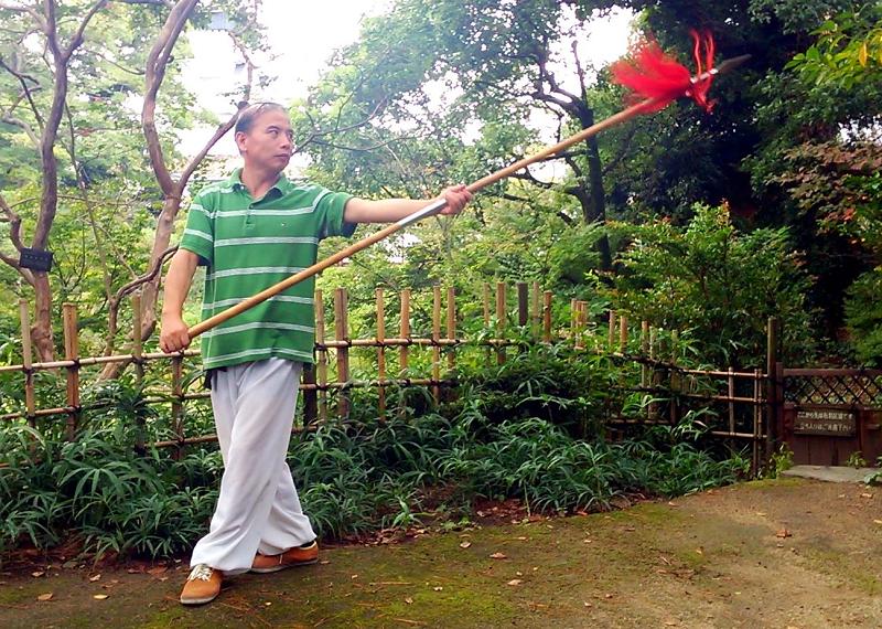 武当龍門十三槍を演じる鄭志鴻老師