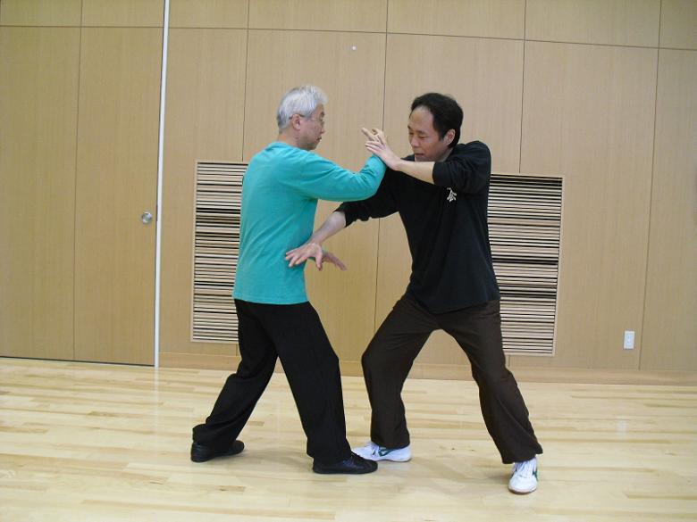指導員による太極拳の用法説明の写真