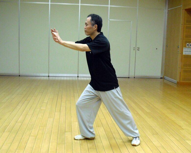 楊式太極拳 攬雀尾 按勢の弓歩の写真