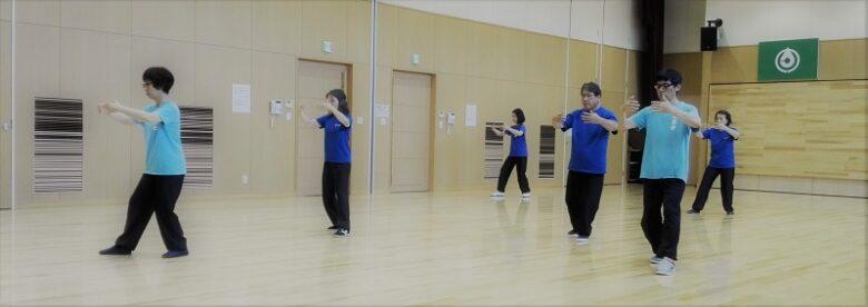 太極拳の歩法練習を行う会員達の写真