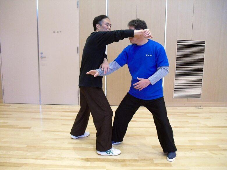 太極拳の技法である腕打の写真