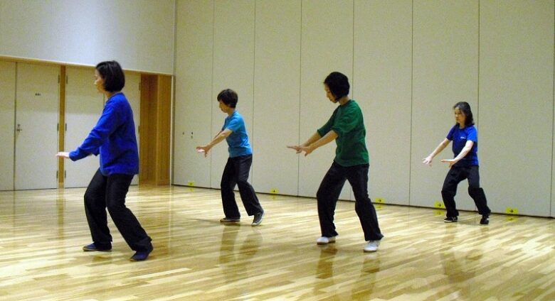 女性会員による陳式太極拳 六封四閉の演武写真