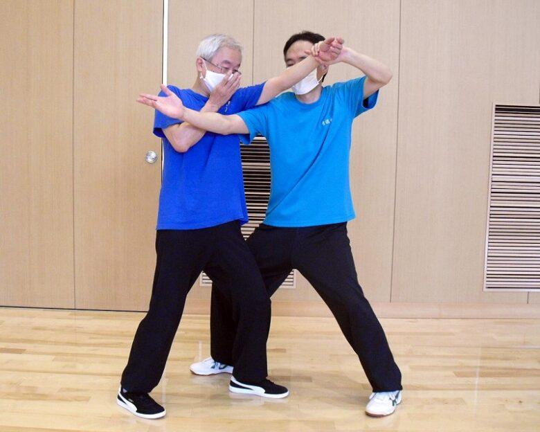 陳式太極拳 懶扎衣の用法例、相手の左手をこちらの左手に持ち替え、右チー勢で相手に接触している写真