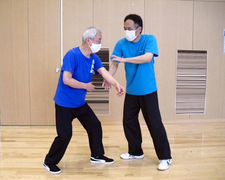 陳式太極拳 懶扎衣の用法例、相手の左手を右リー勢で巻き取っている写真