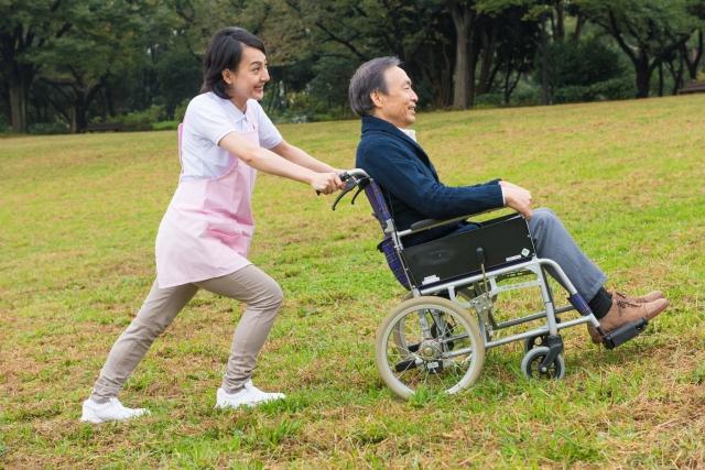 車椅子を押している女性の写真