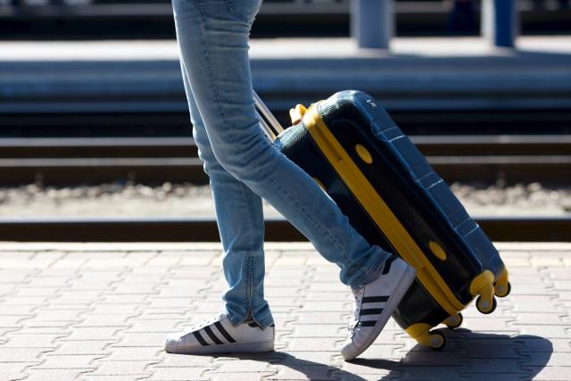 二足歩行をしている人間の足の写真