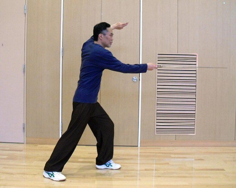 太極剣の代表的な突き刺す技法である青龍出水の写真
