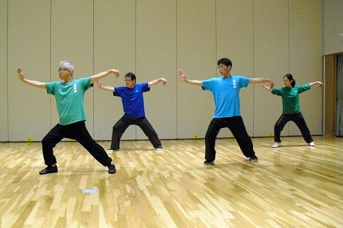 長拳の単勾推掌を練習する会員達の写真