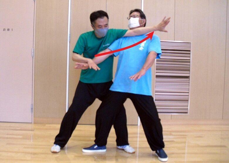 単鞭の用法写真5 左手を差し込み、相手の動きを封じている写真